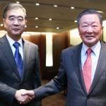 LG Chairman Koo Bon-moo, right and hinese Vice Premier Wang Yang